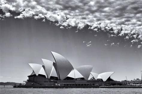 gambar pemandangan hitam putih harian nusantara