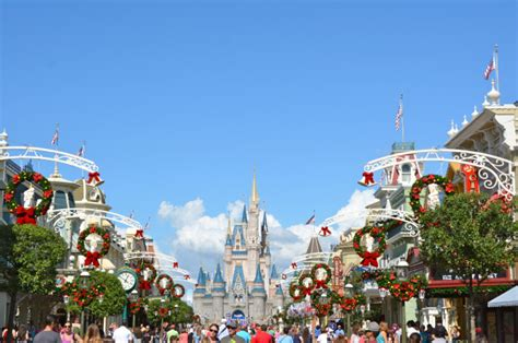 when does magic kingdom decorate for christmas