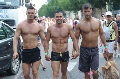 onbres des nudos hombres con los torsos desnudos en el orgullo de