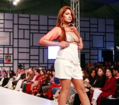 bold scandal mathira s latest scandal video at fashion pakistan week 2013