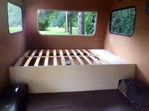 am 233 nagement int 233 rieur le lit fixe la caravane de mat