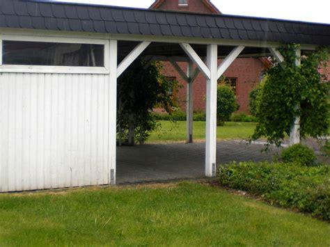 carport mit überdachung des eingangs carport in bremen mit schwarzen schindeln schindeln