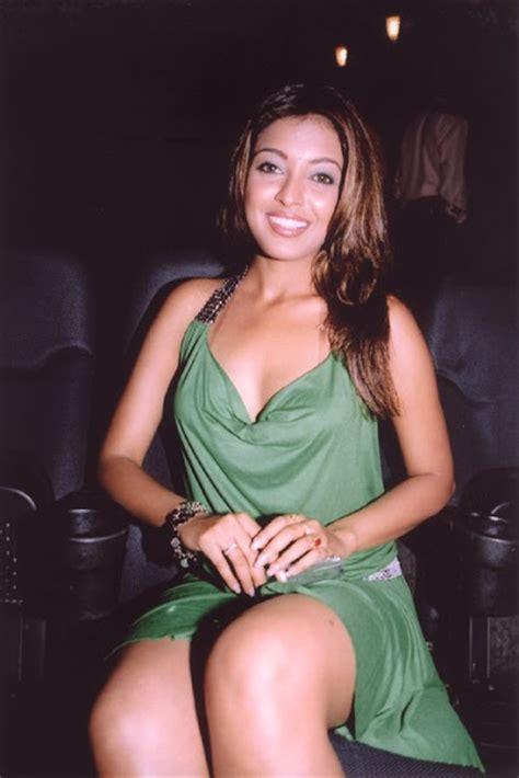 tanushree dutta hot boobs show youtube tanushree dutta hot boobs and cleavage pics bollywood