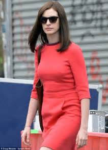 Ginovia Set hathaway covers up hair with wig on new york set of the intern daily mail