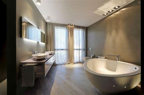 badezimmer mit dunklen schränken badewanne gro groe d cliff wasser fllt dusche badewanne