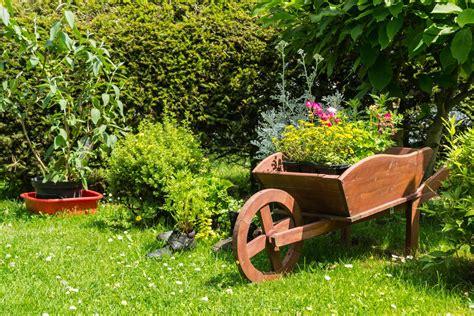 decoracion jardin decorar el jard 237 n con carretillas con plantas hogarmania