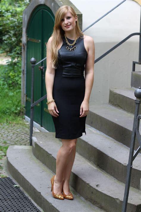 schwarzes lederkleid mit goldenen schmuck brinisfashionbook