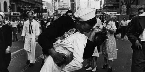 imagenes sorprendentes segunda guerra mundial muere la mujer del beso del final de la segunda guerra mundial