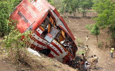 mumbai car crash 17 dead in on mumbai pune expressway