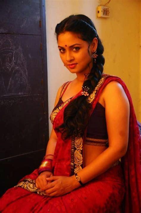 rosetta stone telugu actress pooja umashankar hot saree photos in vidiya moon