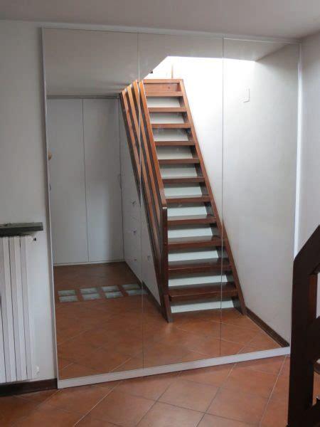 soggiorno sottoscala top scala in legno con mobile bianco realizzato nel