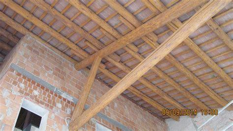 soffitto con travi in legno sabbiatura e verniciatura in edilizia andrea martini