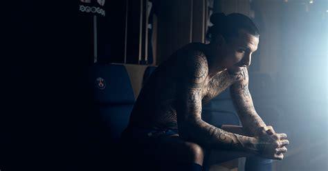 ibrahimovic tattoo portugues 배경 화면 남자 검은 사진술 문신 푸른 음악가 유행 축구 선수 명음 즐라탄