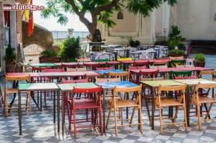 tavoli colorati tavoli colorati in un ristorante pizzeria della foto