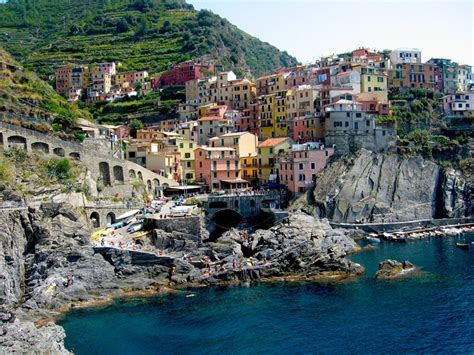 the colorful cliff side town the colorful cliff side town of manarola amusing planet