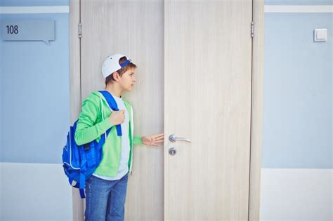 fuori dalla porta kid sbirciare fuori dalla porta scaricare foto gratis