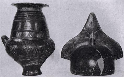 antichi vasi funebri file cinerario con elmo di copertura da tarquinia ix