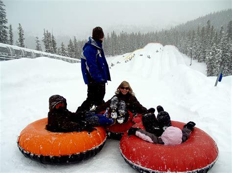 sledding colorado file a family snow tubing at keystone resort in colorado jpg wikimedia commons