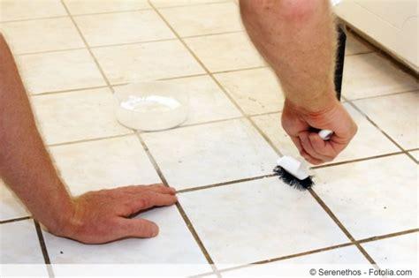 fugen im bad reinigen fliesenfugen reinigen das hilft wirklich beim s 228 ubern