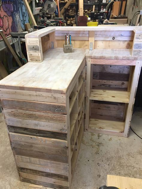 17 helpful tips before painting wooden pallets pallet ideas 1001 pallets need to and pallets pallet sales counter comptoir de vente palette 1001