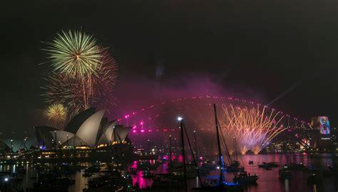 happy  year fireworks   zealand  australia   arrives manchester evening news