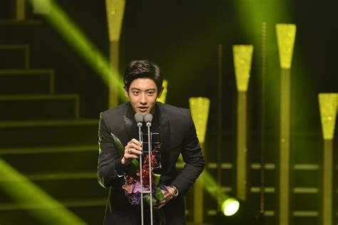 kdrama awards 2015 kim soohyun cries after winning korea drama awards 2015 s