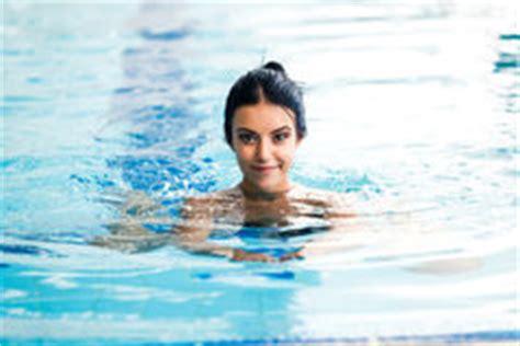 la ragazza della porta affianco donna nuda nella piscina immagine stock immagine di