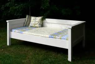 Diy Daybed Frame Plans White Simple Daybed Farmhouse Bed Hybrid Diy Projects