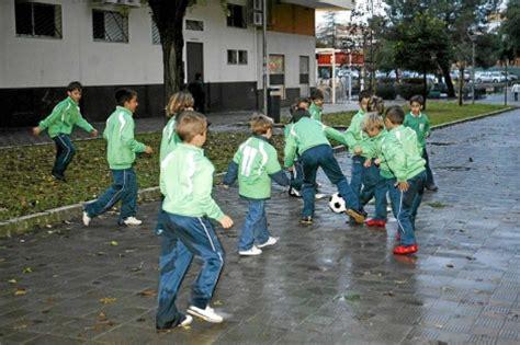 imagenes de niños jugando futbol en la calle salir a la calle para protegerse de la miop 237 a noticias
