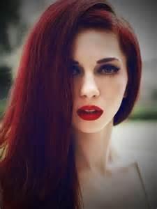 Medium brown hair with red highlights dark brown hairs