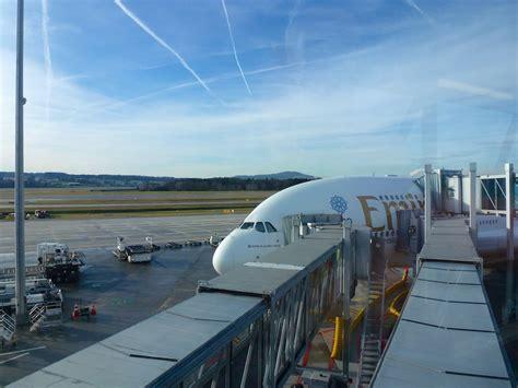 emirates zurich airport emirates der airbus a380 verbindet z 252 rich t 228 glich mit