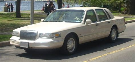 97 lincoln towncar file 1995 97 lincoln town car jpg wikimedia commons