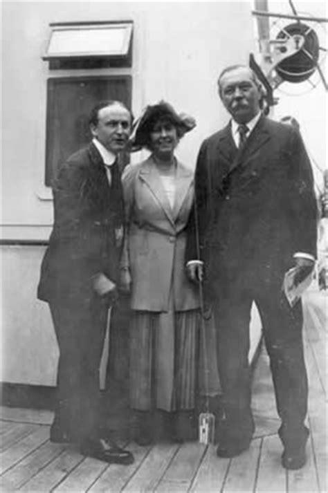 File:1923-arthur-conan-doyle-and-jean-with-houdini.jpg