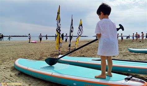 tavola da surf con remo in romagna coi bambini lezione di paddle surf a bellaria