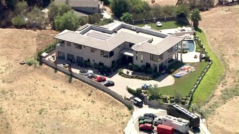 Lapd Warrant Search Live Lapd Serving Search Warrant At Chris Brown S Home In Tarzana Scoopnest