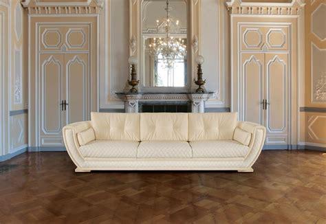 poltrone e sofa crema elegante divano con rivestimento in pelle crema idfdesign