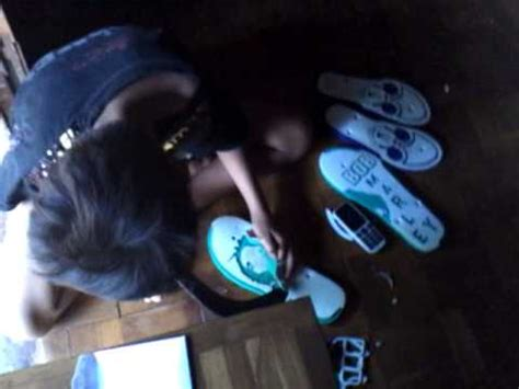 Pisau Ukir Spon proses pembuatan sandal jepit unik warna warni laptop