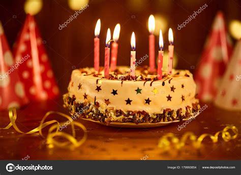 candele torta torta di buon compleanno con candele foto stock