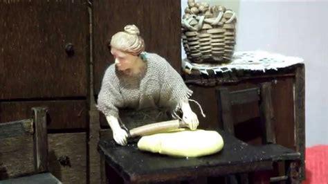 donna in cucina personaggi per presepe donna in cucina che fa la pasta