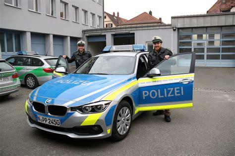 polizei wagen laufer polizei auch in blau auf streife n land