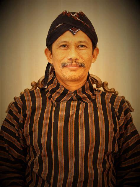 Promo Tameng Senjata Khas Dayak Kalimantan Tipe A pakaian adat papua photo kebudayaan papua hadiri upacara hut ri di istana senjata adat khas