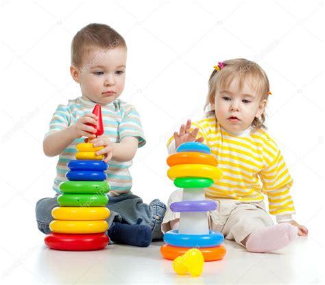 dibujos niños jugando con juguetes dos ni 241 os jugando con juguetes de color foto de stock