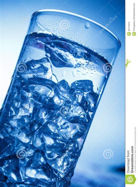 bicchieri di ghiaccio bicchiere d acqua con i cubetti di ghiaccio fotografia