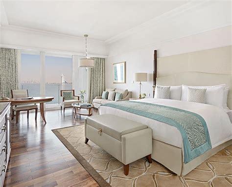 modernes zimmer mit kingsize bett luxuszimmer und suiten dubai palm jumeirah