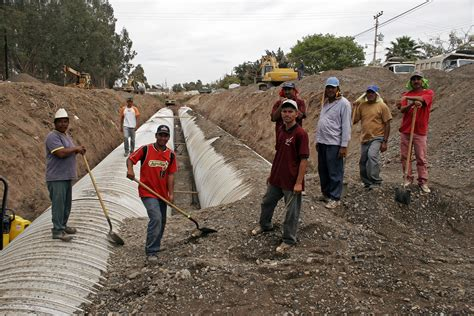 file mexican construction workers jpg wikimedia commons