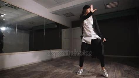 White Shirt 13366 danseuse en chemise blanche pantalon noir et une