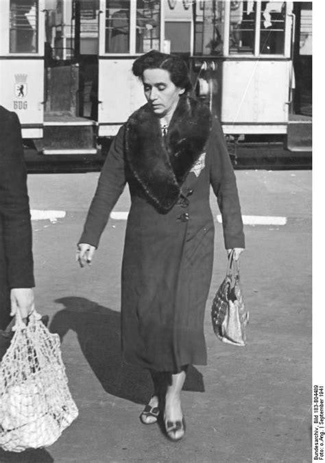 File Bundesarchiv Bild 183 B04489 Berlin Frau Mit