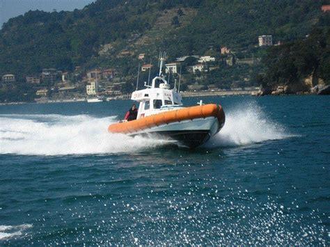capitaneria di porto la spezia motovedetta guardia costiera soccorre marittimo a bordo di