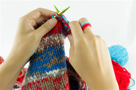 how to hold knitting needles how to hold knitting needles