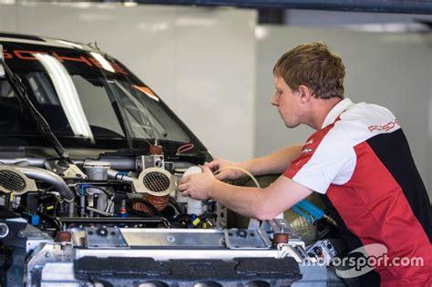 porsche mechanic porsche mechanic at work at fuji